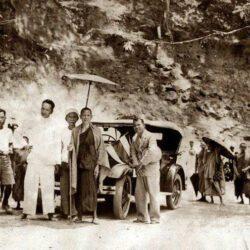 Kruba Srivichai bij het inhuldigen van de weg