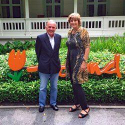 Seven Smulders met Chargé d'Affaires a.i. Susan Blankhart op de ambassade in Bangkok. Foto: Facebook Nederlandse ambassade in Bangkok