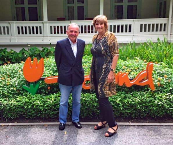 Seven Smulders avec la Chargée d'Affaires par intérim Susan Blankhart à l'ambassade à Bangkok.  Photo : Facebook Ambassade des Pays-Bas à Bangkok