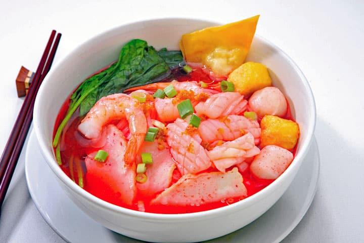 Yen Ta Fo (Noedels in roze bouillon)