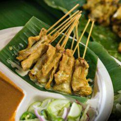 Satay – gegrilde kip- of varkensvlees stukjes